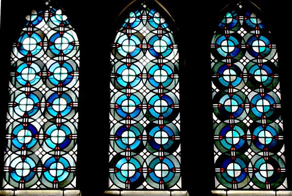 这次去欧洲,看了十几座著名的教堂,德国科隆大教堂、巴黎圣母院、卢森堡大教堂留下的印象最深刻。 教堂内部空间之大之高一下子让人惊讶的叫出声来!大厅内那些石柱要三四个人才能合围。想看到顶端的穹顶,得把脸仰得与身体垂直才行。这样的空间中的人,渺小若蚂蚁,敬畏、谦卑之心无以言表!