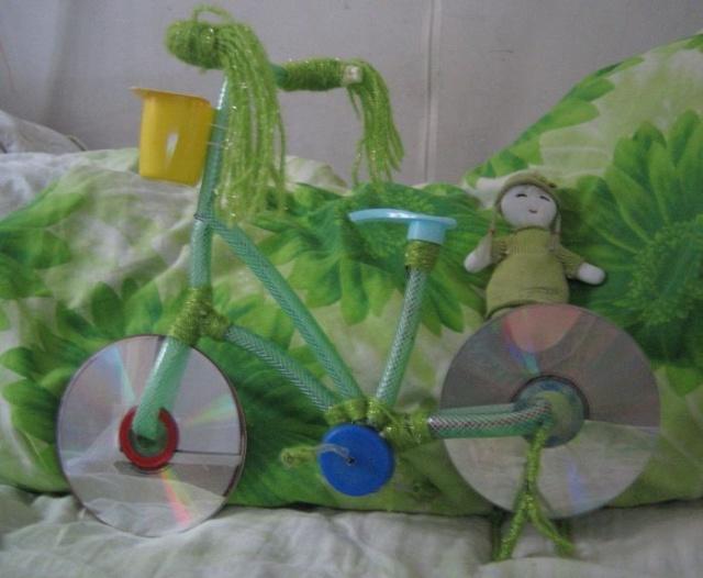 有那位同行可介绍几种幼儿园有趣的自制玩具(废物利用) - 。 最简单的,可以用易拉罐做,把易拉罐的外边包上漂亮的彩纸,再用废纸做一个圆形的纸团,外边也包上彩纸,这样可以做成一下简单的保玲球!也可以用易拉罐组合成各种形状的东西,比如是自行车,也可以用纸盒代替!用纸箱做成收纳盒,可以放一些小东西,也可以教育小朋友,养成东西不乱放的习惯,但是一定要做的漂亮,可以做成小动物的形状!