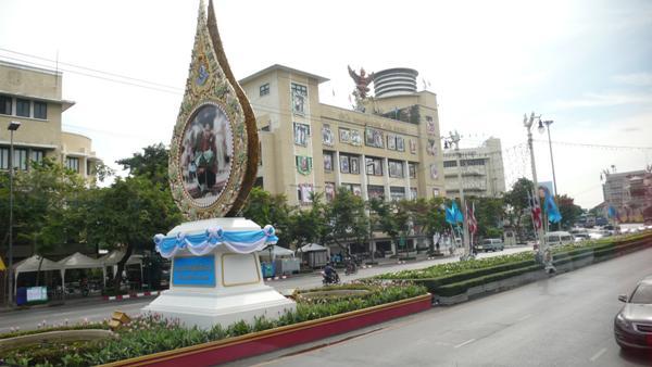 曼谷街景,摩托车白天也要求开头灯的.很少见警察,泰国人信高清图片