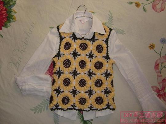 这是一款适合1-2岁小女孩穿着的可爱小裙子,下面可以