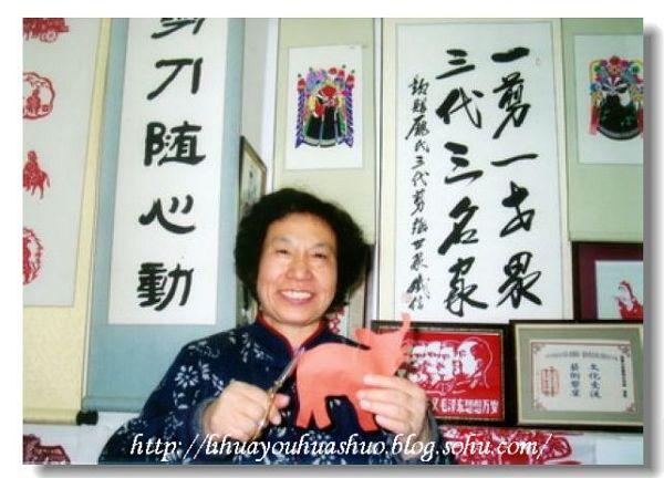 """早在2001年(河北首届民间工艺博览会上)就获得""""民间工艺大师""""称号的赵才萱,似乎是个格外受幸运之神青睐的人:母亲是河北晋州著名的民间剪纸艺人,她自幼随母亲学剪纸,1963年考入南开大学历史系后,又结识了同样擅长剪纸的丈夫;后来,一双儿女也迷恋上了剪纸,都读了美术专业研究生;从2000年至今,赵才萱的""""庞氏三代""""剪纸世家,几乎包揽了全国各类剪纸大赛的金银奖项,作品被多家美术馆、博物馆收藏;她本人作为访问学者多次出访;关于她和她的剪纸之家的专题片,在美国播出"""