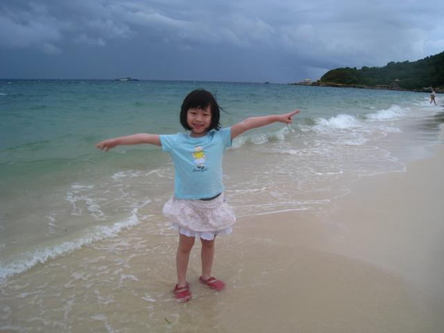 在海边拍照,不需要摆任何pose,每一个动作在大海的映衬下都是那么的生