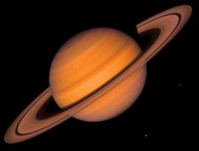 土卫一至土卫九大小比较 旅行者号探测器的探索结果使人们深信那曾经支配了土星早期历史的猛力作用。土星卫星看起来象是无尽爆炸袭击的幸存者。它们明亮的冰封表面受到了无数陨石的创伤。 但是这些卫星中有一个与早期的地球非常相似。也许某一天,有着浓厚大气层的土卫六能够进化出顽强的生命。 在宇宙飞船探测土星之前,人们知道土星有10颗卫星。1977年发现了土卫十一,1979年先驱者1号飞临土星时,探测到了第十二颗卫星。为了纪念它的功绩,起名为先驱者号。旅行者1号飞船于1980年10月 26日和11月10日在