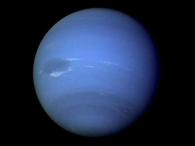 水星是最靠近太阳的行星,由于水星距离太阳实在太近了,表面温度很高,太空船不易接近,在地球上也不容易观测,因为可观测的时间都集中在清晨太阳出来的前几分钟,和夕阳落下后的几分钟,时间不容易掌握,而且,在背景亮度尚高的情况下,要去找一颗比月亮大不了多少的水星,实在不是件轻松的事水星是最靠近太阳的行星,所以它运行的速度比其他行星都快,每秒的速度接近48公里,并且不到88天就公转太阳一周。水星非常小,是由岩石构成的,表面布满被流星撞击而形成的环形山和坑洞,另外有平滑,稀疏的坑洞平原。水星表面另外还有山脊,这是行星在