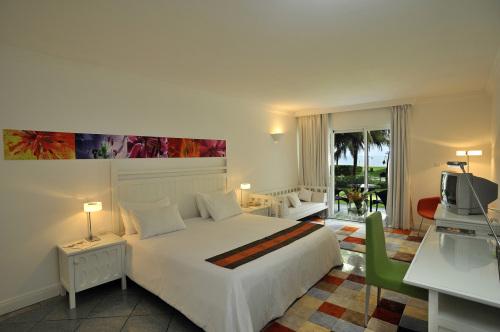 大自然体验套房的壁画,座椅设计都和整体相配宜章,室内装修与窗外的