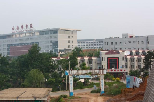 傍晚时到达了承德,被安排在了离城区较远的承德医学院里.