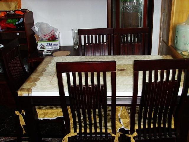 实木+厚大理石桌面餐桌,配同风格实木椅子6把,再加椅垫6个.