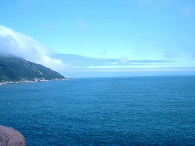 这里的海是多么的湛蓝 这里的海跟海南岛的不同,没有热带的旖旎。这里的海跟北戴河的不同,没有喧嚣的人群。这里虽然是黄海,却有与太平洋般类似的蓝色,而且这种蓝色是在变幻的。 如果有机会去崂山,一定记得要走这条海滨的栈道,从上清宫的瀑布下山后,沿着栈道往太清宫走,晴空下自有绝美景色,让人永远会记住崂山的美、大海的宽广。