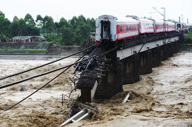 宝成铁路广汉大桥垮塌,客运火车两车厢坠河,暂无人员伤亡