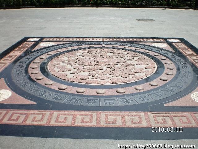 圆形大理石雕花图案我觉得挺有意思的,中间雕刻的是大朵的牡丹花,周围