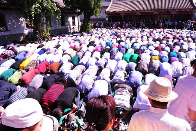 由于聚礼人数多,平日寺内供游人走路的区域也跪满了穆斯林群众