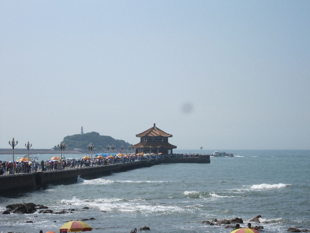 """栈桥,老青岛的象征性建筑,桥的尽头有一座颇具民族特色的""""回澜阁"""",此"""