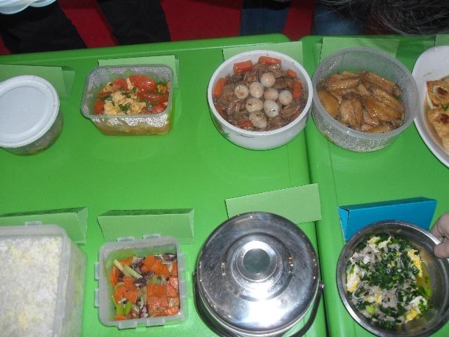 先时装表演: 每个家长准备一个拿手菜,带到幼儿园,发现没微波炉很不
