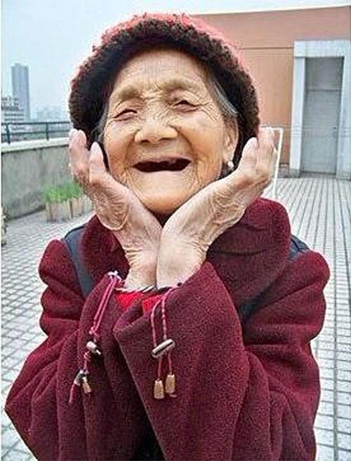 老太太zipai_99岁重庆籍老太太黄秀珍的照片经网络发出,顿时红遍网络.