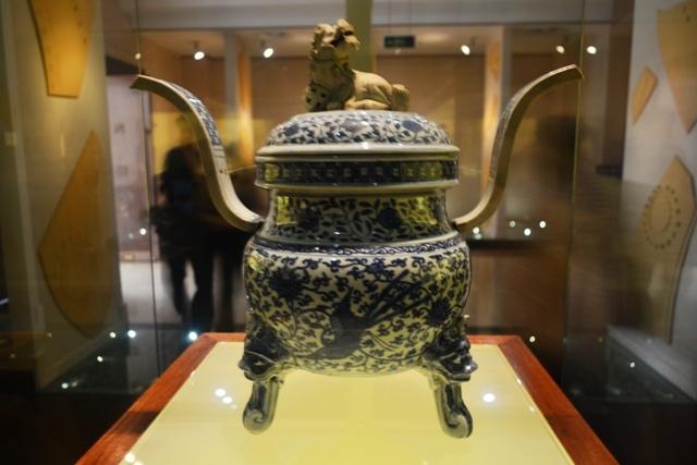 这是明代——青花莲鹤纹素狮纽熏炉.