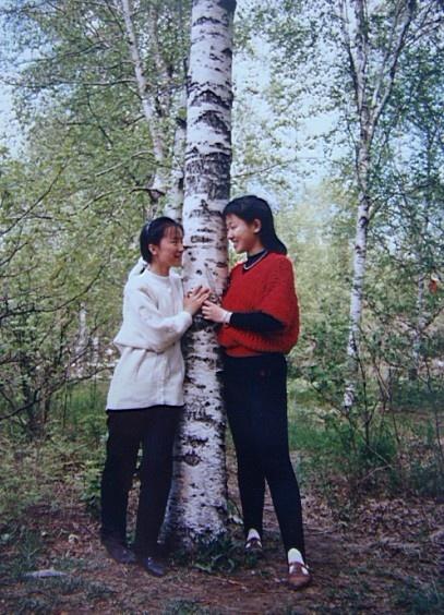 春天女生树木背影图片