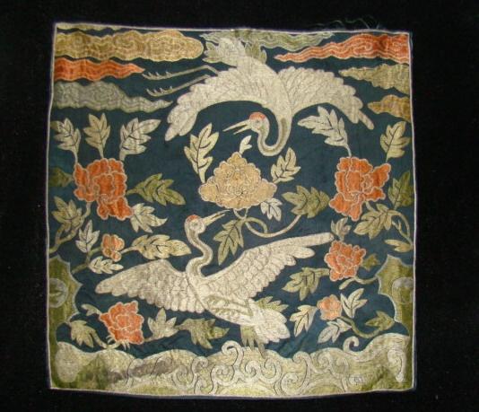 内蒙古正蓝旗羊群庙出土的元代石雕上就有花卉纹的补子,同时在一些元代墓葬中也确实发现了不少具有方补形式的元代织物。但这些服饰没有作为补服出现,且这些方补多作花卉状,它们在当时也并没有作为官阶的标志。真正代表官位的补服定型于明代。 《明史·舆服志》记载,洪武二十四年(1391年)规定,官吏所着常服为盘领大袍,胸前、背后各缀一块方形补子,文官绣禽,武官绣兽。一至九品所用禽兽尊卑不一,藉以辨别官品。公、侯、驸马、伯服绣麒麟、白泽。文官:一品仙鹤,二品锦鸡,三品孔雀,四品云雁,五品白鹇,六品鹭鸶,七品
